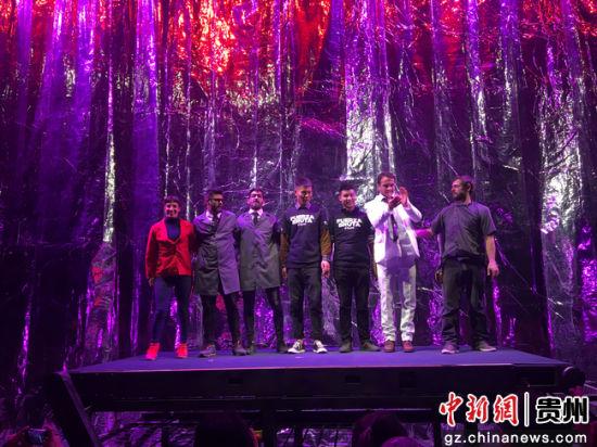 表演者和场馆人员合影。李威 摄