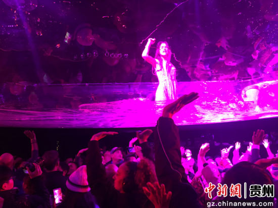 观众和水幕表演人员互动。李威 摄
