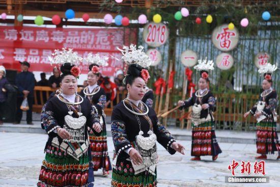 身着盛装的苗族妇女跟着芦笙节奏在跳舞。杨承鸿 摄