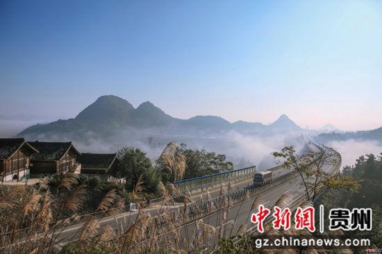 这是11月26日在贵州省丹寨县龙泉镇排牙村拍摄的高速公路。唐树军 摄