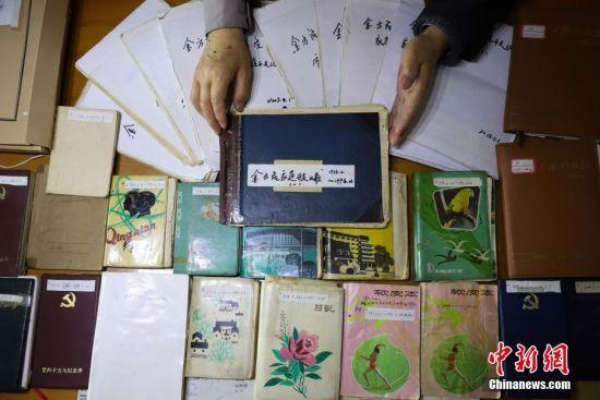 11月27日,金方隆40年来的家庭日记和记账本。贵州省贵阳市79岁的老人金方隆,从1978年开始坚持用日记和记账本方式记录生活中的所见所闻。至今他已经写了19本家庭日记和12本记账本,记录了40年的生活变化。中新社记者 瞿宏伦 摄