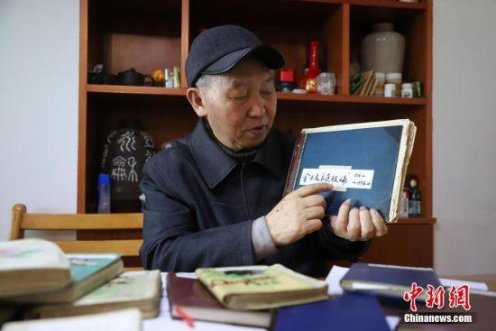 11月27日,金方隆在介绍他的账本。贵州省贵阳市79岁的老人金方隆,从1978年开始坚持用日记和记账本方式记录生活中的所见所闻。至今他已经写了19本家庭日记和12本记账本,记录了40年的生活变化。中新社记者 瞿宏伦 摄