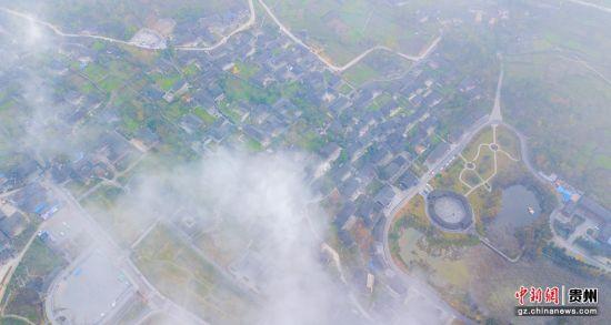 11月28日,贵州省务川仡佬族苗族自治县龙潭古寨,晨雾缭绕