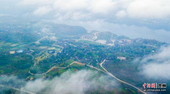 11月28日,贵州省务川仡佬族苗族自治县龙潭古寨,晨雾缭绕。