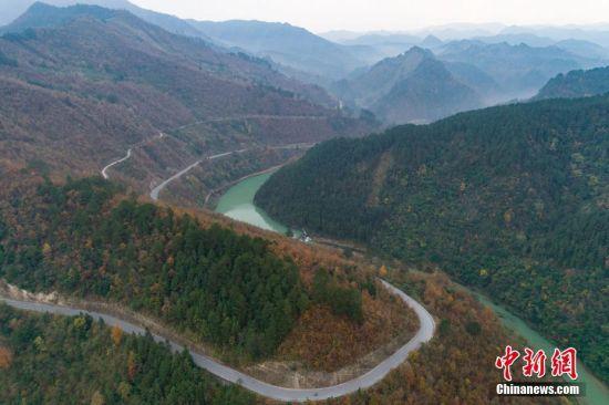 图为航拍贵州环雷公山国际马拉松赛赛道。中新社记者 贺俊怡 摄