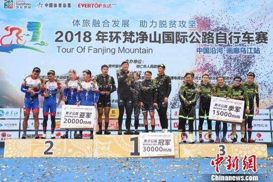 图为获得男子公路国际精英组团体前三名的车队开开香槟庆祝。 瞿宏伦 摄