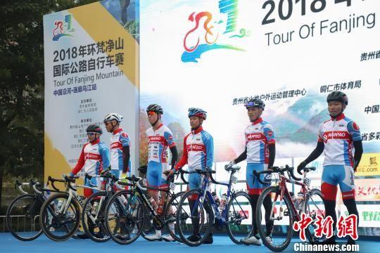 图为台湾南宝树脂车队在开赛前亮车。 瞿宏伦 摄