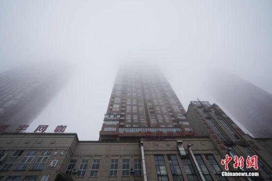 12月5日,贵阳市观山湖区出现大雾天气,一小区高楼在大雾中若隐若现。据贵州省气象局消息,受强冷空气影响,贵州大部出现低温阴雨(雪)天气,大部分地区气温明显下降。 中新社记者 贺俊怡 摄