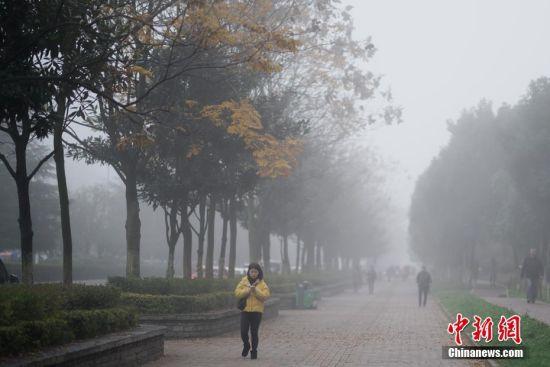 12月5日,贵阳市观山湖区出现大雾天气。据贵州省气象局消息,受强冷空气影响,贵州大部出现低温阴雨(雪)天气,大部分地区气温明显下降。 中新社记者 贺俊怡 摄