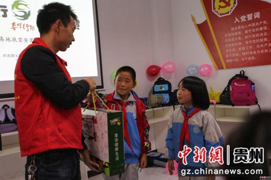 第33个国际志愿者日,贵州省玉屏侗族自治县平溪街道康华移民新区部分移民搬迁户孩子们的生日,当地青年志愿者来到移民新区,和孩子们一起举行集体生日会。
