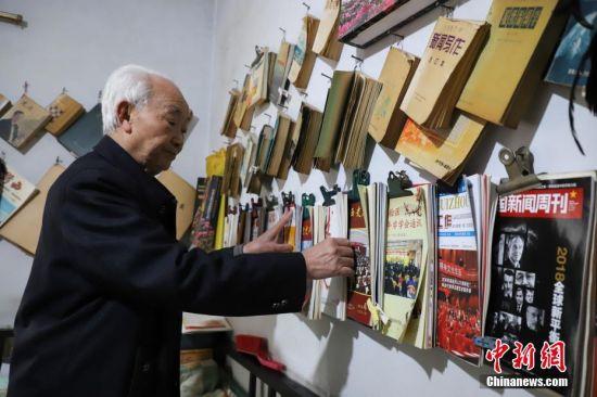 12月6日,李元章老人在整理报刊和杂志。贵州省毕节市黔西县85岁老人李元章,从1958年开始就做起了新闻通讯员,至今已有60年。李元章每天坚持读报、写稿,60年里,他共向各大新闻媒体投稿6800余条。中新社记者 瞿宏伦 摄