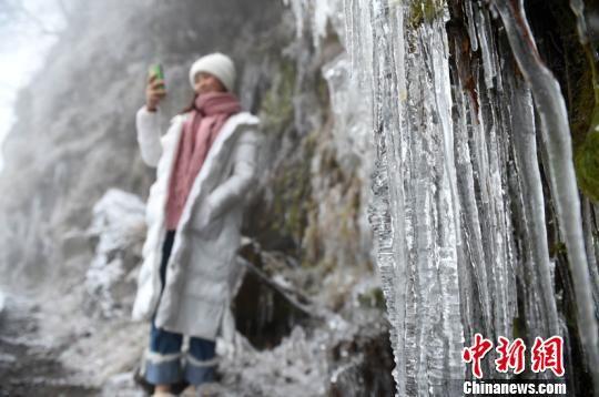 游客在贵州省台江县台拱街道红阳村万亩草场山头上拍照游玩。 刘开福 摄