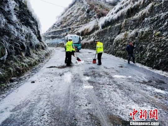 镇远县公安局交警大队联合羊场政府在溜沙官路段撒盐除冰保畅通。 黄浩 摄