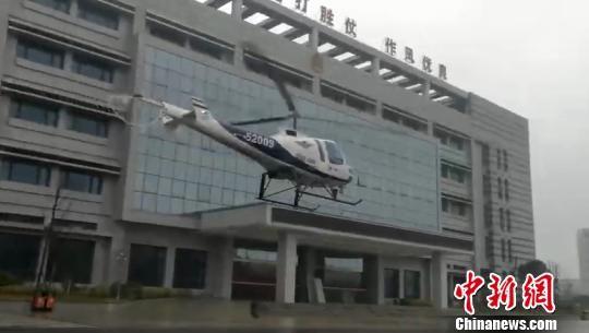 """贵州省公安厅警务航空队正在""""空巡""""。代青 摄"""