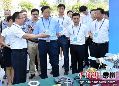 贵州群建精密公司总经理余泳(左一)在做产品推介现场。