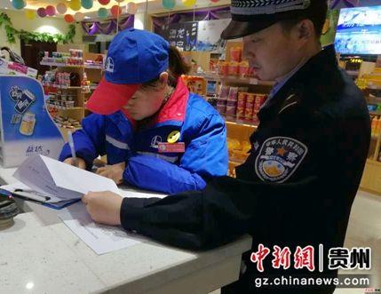 民警对站周商铺开展反倒票宣传并签订承诺书