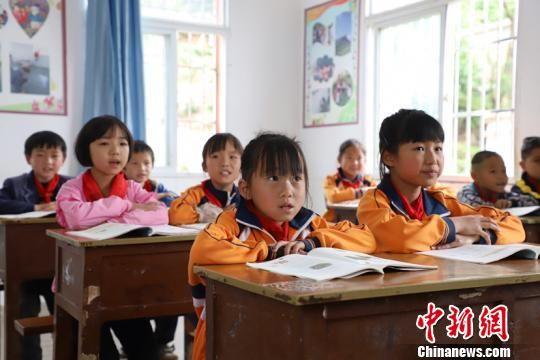资料图:毕节黔西县金兰镇乡村小学学生在上课。瞿宏伦 摄