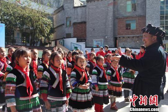 资料图:毕节织金县小妥倮平安希望小学学生在进行课外活动。瞿宏伦 摄