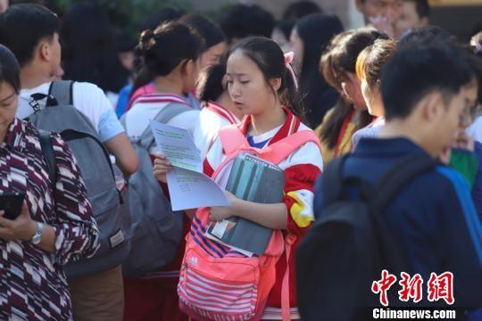 资料图:贵阳学生高考前备考。瞿宏伦 摄