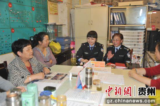 民警张晴和李燕琼一起在社区工作,两代民警传承的是为民服务的初心