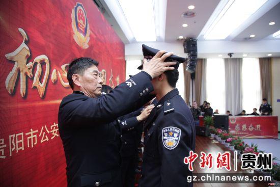在退休仪式上,老民警把伴随多年的警帽摘下,戴在新入警的民警头上