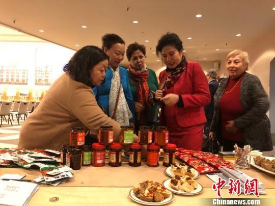 图为推介会现场的辣椒制品展示。袁超 摄