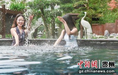 游客在佛顶山温泉小镇感受温泉,图片由贵州交通建设集团有限公司提供。