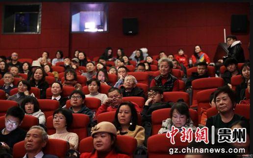 观影现场观众看完电影感动落泪。