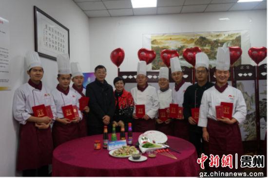 李锦记与成都财贸校共同为希望厨师队伍颁奖。
