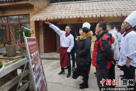 朱子翔带领大家参观自己的农庄,并介绍创业经过。