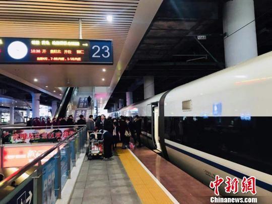 贵州第二条城际铁路开通运营 。仝舟 摄