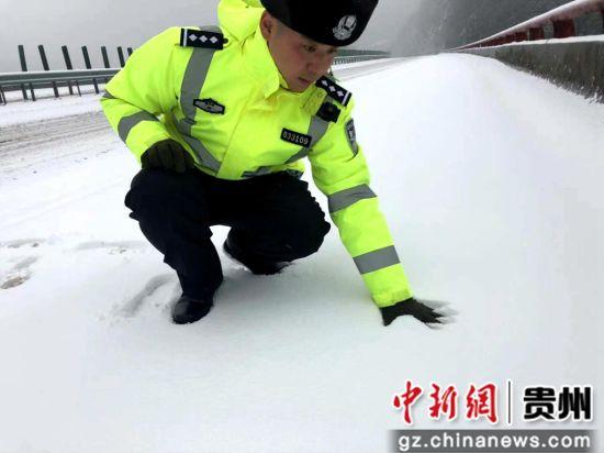 王志杰在检查积雪深度