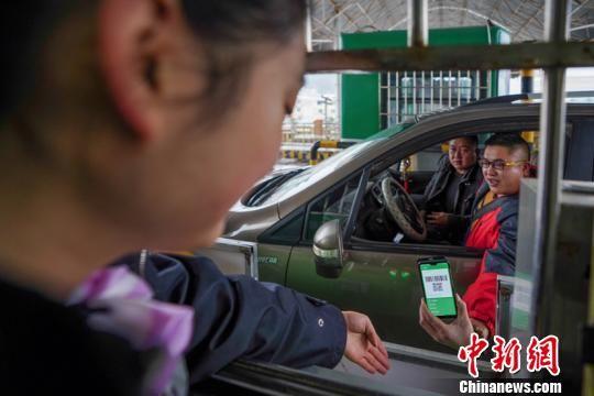 贵阳西收费站一驾驶员正通过微信支付高速公路通行费。