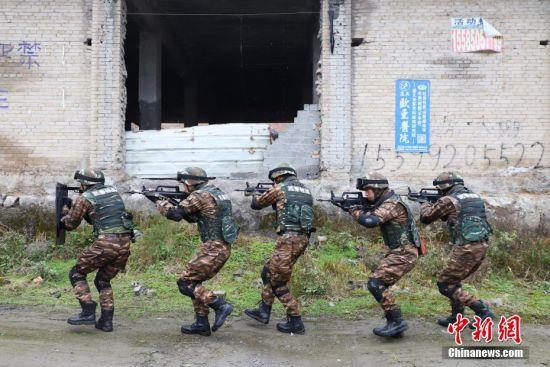 参训官兵正在模拟搜索。瞿宏伦 摄