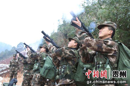 图为官兵们进行催泪弹投掷 胡康摄