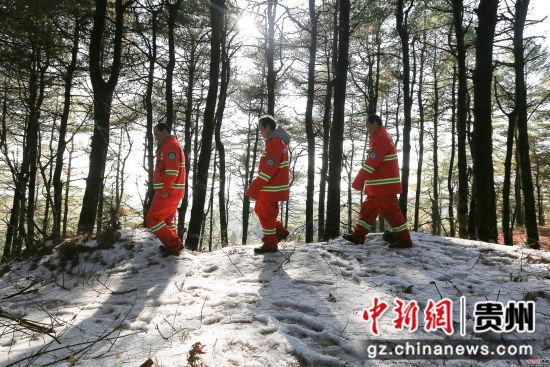 1月3日,张建、张忠、张华三兄弟在贵州省毕节市七星关区拱拢坪林场护林巡山时走过一片雪地。王纯亮 摄