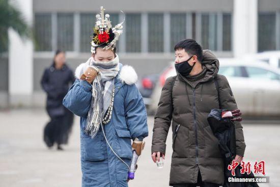 1月4日,贵州大学考点,两名考生步入考场。当日,贵阳市温度2℃-6℃,贵州省2019年普通高等学校招生艺术类专业考试在贵州大学举行。中新社记者 贺俊怡 摄