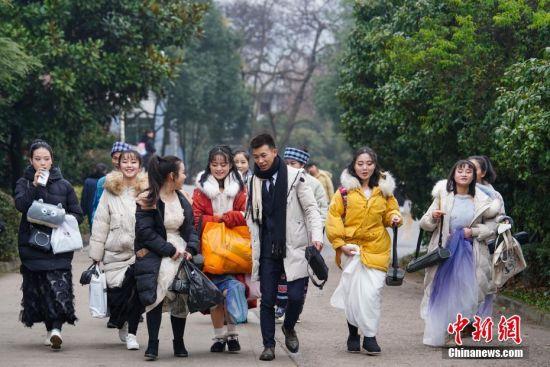 1月4日,考生走进贵州大学考点进行考试。当日,贵阳市温度2℃-6℃,贵州省2019年普通高等学校招生艺术类专业考试在贵州大学举行。中新社记者 贺俊怡 摄