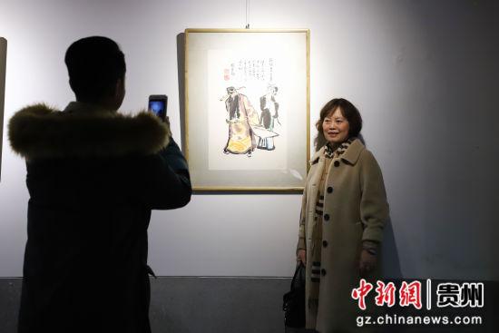 图为参观者在作品前留影。 瞿宏伦 摄