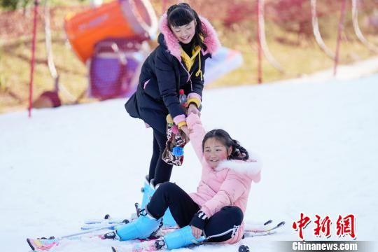 游客在滑雪时摔倒。 贺俊怡 摄