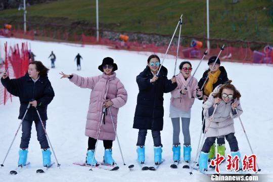 游客滑雪合影。 贺俊怡 摄