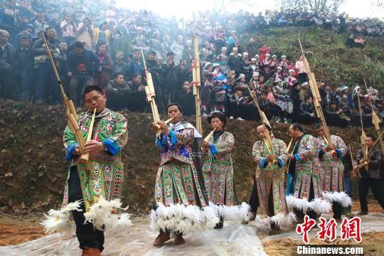 图为苗族同胞在吹芦笙、跳芦笙舞欢度鼓藏节。 李长华 摄