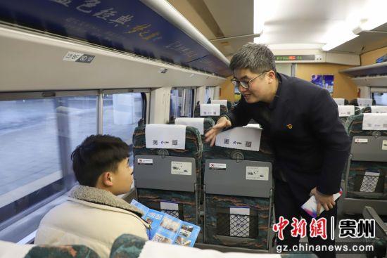 图为机械师在给旅客介绍宣传手册。 瞿宏伦 摄