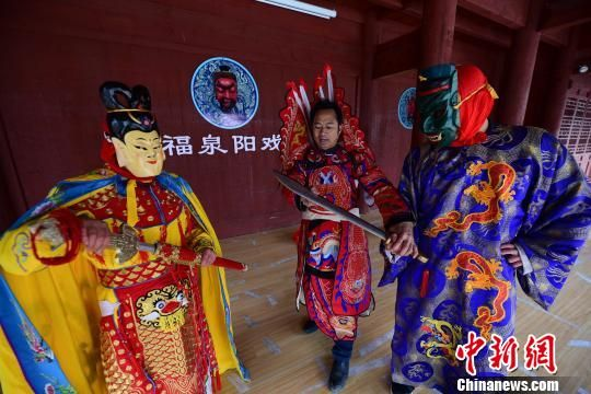 图为周昌智(中)在指导村民表演阳戏。 杨武魁 摄