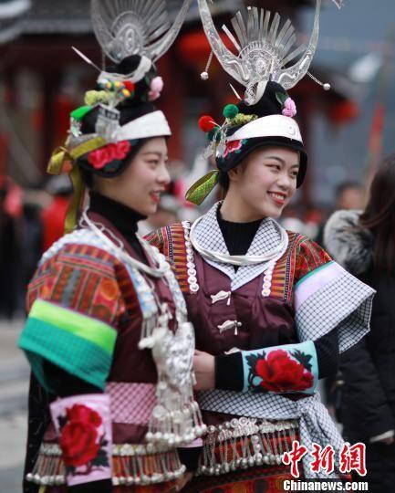 图为两名身着盛装的苗族女孩子在合影拍照。 黄晓海 摄