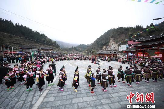 图为苗族同胞在节日中跳铜鼓舞。 黄晓海 摄