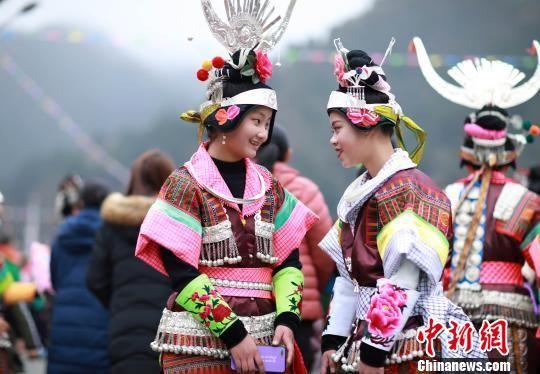 图为身着盛装的苗族女孩子在聊天。 黄晓海 摄