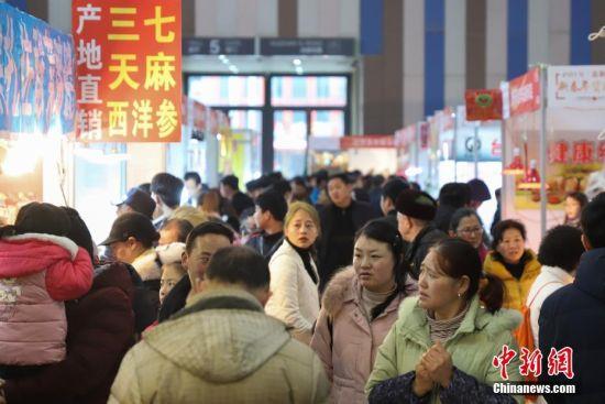 1月19日,年货节现场人头攒动。当日,临近春节,在2019贵阳新春年货购物节上前来选购年货的民众络绎不绝。 中新社记者 瞿宏伦 摄