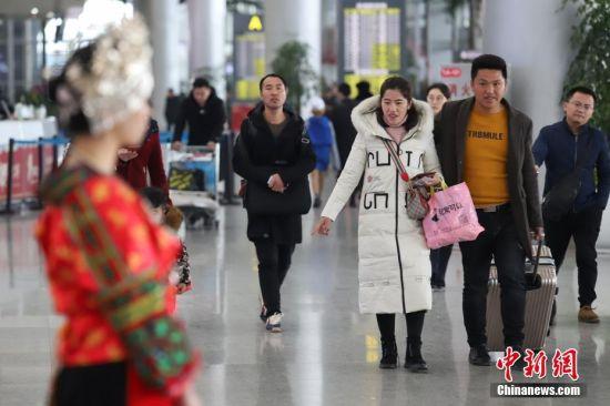 1月21日,为期40天的2019年春运启幕。据悉,当日贵阳龙洞堡国际机场预计完成航班起降460余架次,预计旅客吞吐量达5.9万余人次。图为旅客走进贵阳机场T2航站楼。中新社记者 瞿宏伦 摄