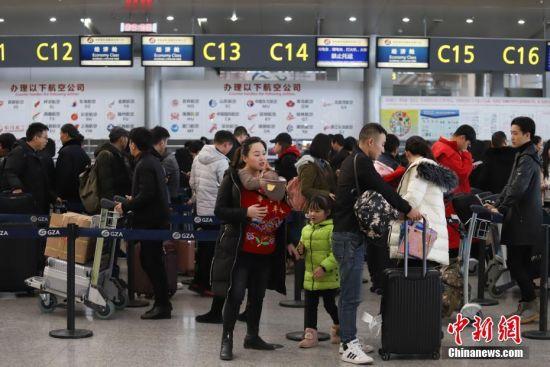 1月21日,为期40天的2019年春运启幕。据悉,当日贵阳龙洞堡国际机场预计完成航班起降460余架次,预计旅客吞吐量达5.9万余人次。图为旅客在排队值机。中新社记者 瞿宏伦 摄